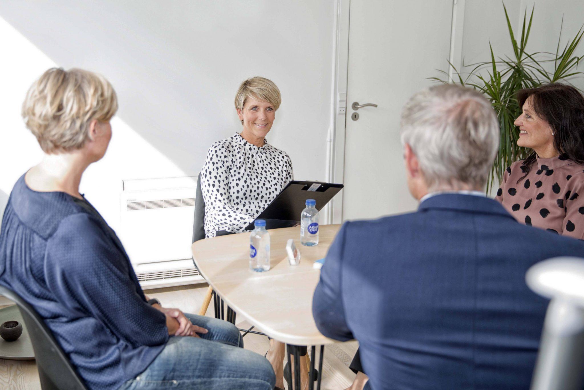 Laila toft snakkende med kunder om at forebygge stress