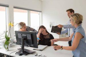 forebyg stress top billede visende en stresset kvinde